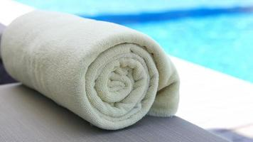Handtuch in der Nähe des Pools aufgerollt