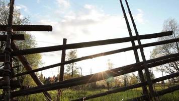 traditionellt trästaket och naturlandskap