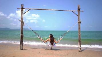 mulher em uma rede na praia video