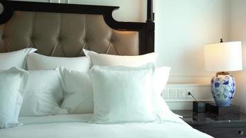 travesseiros em uma cama de hotel video