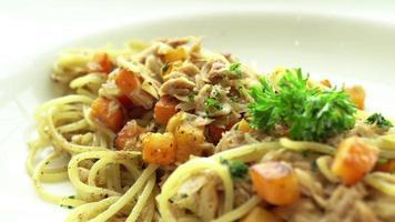 Spaghetti mit Fisch und Kürbis