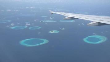 ala di aeroplano con vista sulle isole