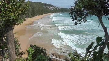 una vista superior de la playa tropical