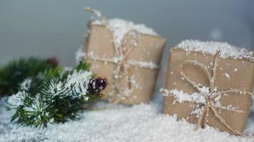 Weihnachtsgeschenkboxen mit Schnee video