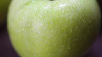 mele verdi su un tavolo