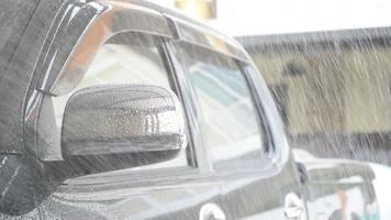 borrife água no carro com um spray