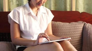 mujer jugando juegos en una tableta