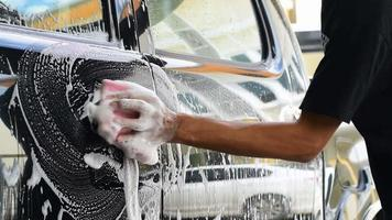 pessoal da lavagem de carros limpando um carro video