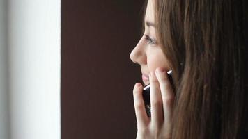 jovem falando em um telefone celular