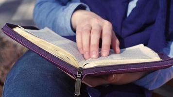 Nahaufnahme der weiblichen Hände, die die Bibel halten video