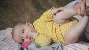 bebé siendo cambiado