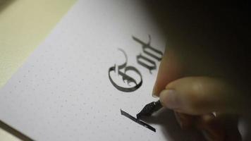mujer escribe letras caligráficas