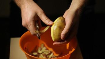 Hände schälen eine Kartoffel video