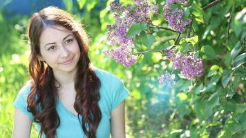 mujer joven feliz en el jardín