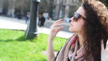 giovane donna che indossa occhiali da sole
