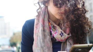 jovem usando óculos escuros video