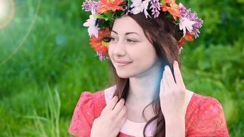 jovem com uma coroa de flores video