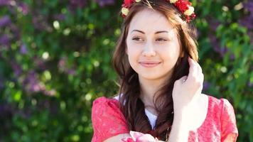 mujer joven con una corona de flores