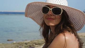 jovem tomando sol na praia