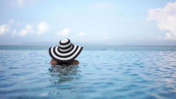 mujer joven, relajante, en, un, piscina