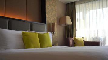 almohadas en la cama de un hotel