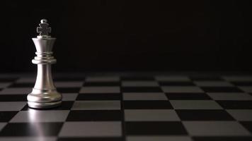 movimiento de piezas de ajedrez sobre la mesa