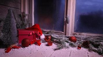 Ventana de invierno con regalos de decoración navideña. video