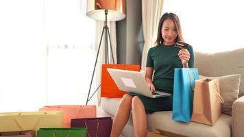 mulher comprando online com cartão de crédito video