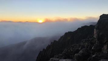 Vista del amanecer desde la cima del volcán en Hawaii 4k