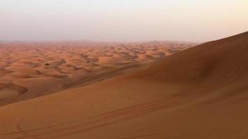 vista de ATV dirigindo em dunas de areia no deserto de dubai 4k