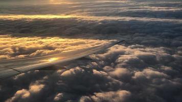 Ansicht des Flugzeugflügels vom Fenster des Flugzeugs 4k video