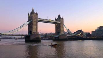 vista del tower bridge dalla barca 4K