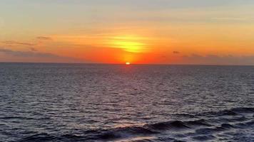 vista da praia do pôr do sol no oceano 4k