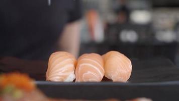 comendo sushi em um restaurante video