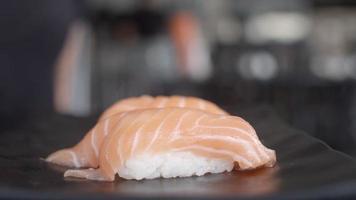 mangiare sushi in un ristorante