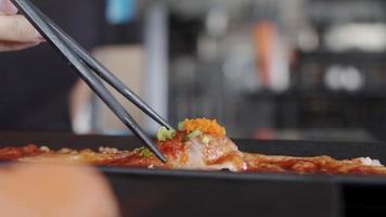 comiendo sushi en un restaurante