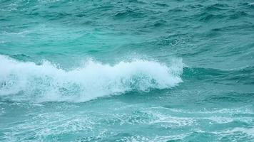ondas quebrando no oceano video