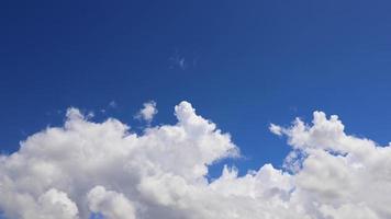 time-lapse de nubes en un cielo azul