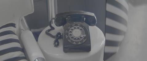 viejo teléfono sobre una mesa