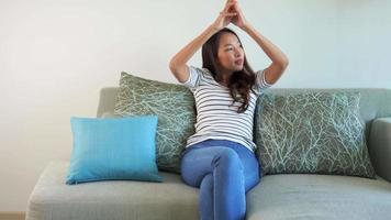mulher relaxando no sofá video