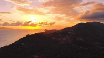 vista aérea de la puesta de sol en la playa