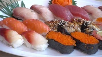Sushi surtido en una placa blanca. video