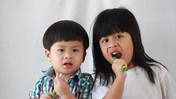 hermanos cepillándose los dientes
