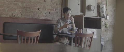 almoçando sozinho video