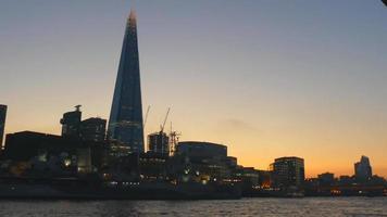 Abendansicht vom Boot auf dem Fluss der Scherbe 4k video