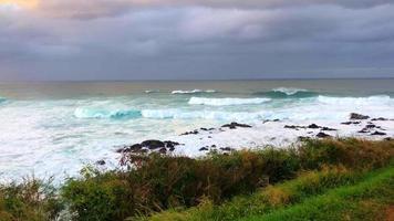 Océano Pacífico desde la costa de Hawaii 4k