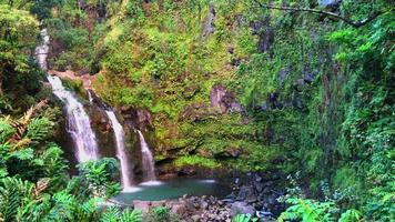 vista de la cascada en el camino a hana en hawaii 4k