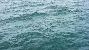 agitando océano azul