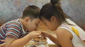 une fille et un garçon mangeant de la glace
