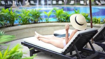 mulher relaxante à beira da piscina